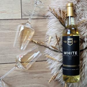 WHITE VAN SHINEWINES IS EEN MAKKELIJKE TOEGANKELIJKE DRINK WIJN LEKKER KOUD HET LEKKERST, FRIS EN FRUITIG IS DE COMBINATIE